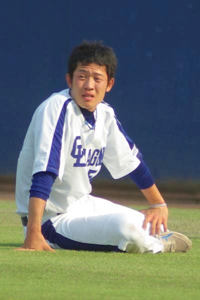20080429_試合後に行われている野手陣のダッシュ系の練習を見つめる赤坂和幸