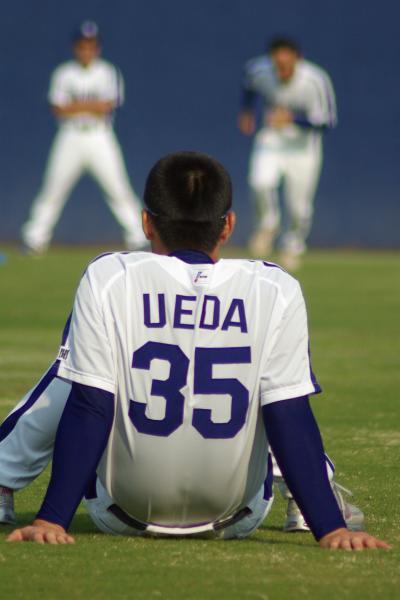 20080429_試合後の練習の合間にくつろぎ、若手の練習姿を見つめる上田佳範