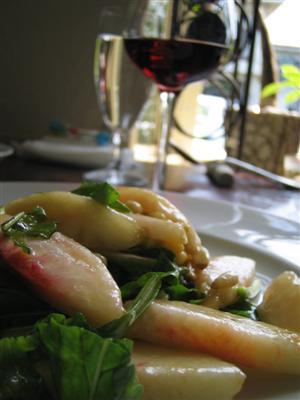 桃とルコラ菜 松の実のサラダ