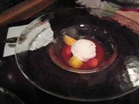 桜の氷菓と旬の果実を栃乙女苺のスープに浮かべて