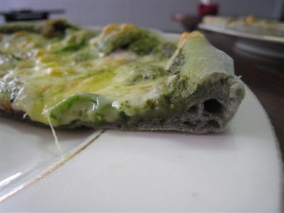 炭入りピザ