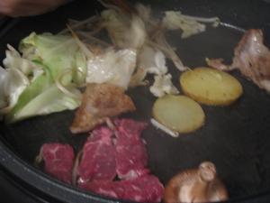 ホットプレートの上には♪ 野菜におイモおっ肉だよ♪