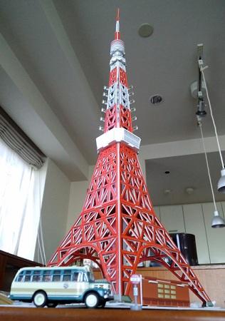 東京タワーとボンネットバス