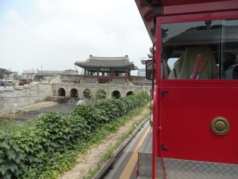 列車窓から観る華紅門(ファホンムン)と水原川
