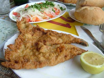 pescado frito:白身魚のフライ(チリ風トマトサラダ添え)