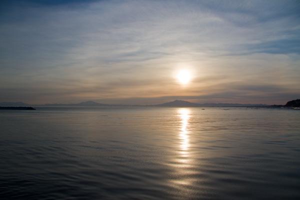 朝の海と知床の山々