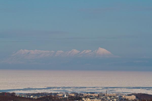 流氷原に浮かぶ知床連山