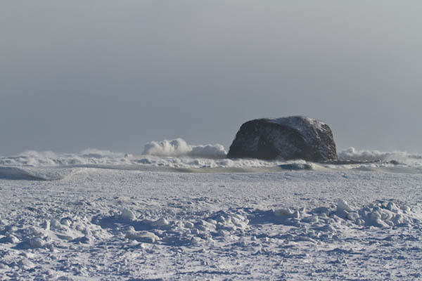 流氷の向こうは大波
