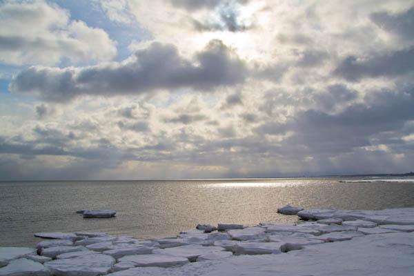 居残りの流氷と朝の斜光