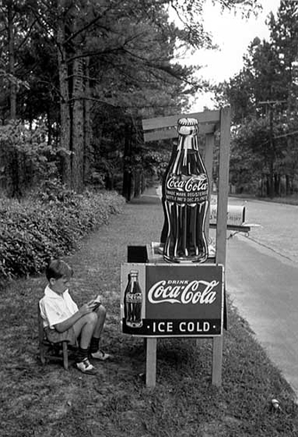 Little_Boy_selling_Coca-Cola_at_Roadside_Atlanta_Georgia_1936.jpg