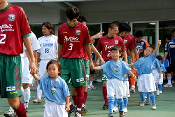 01 Aug 07 - Pre-match frolics at Machida Zelvia vs Toho Titanium