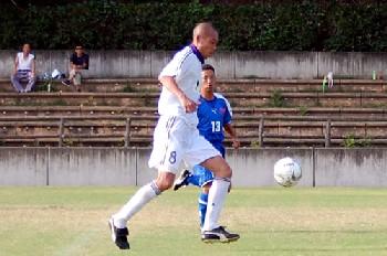 01 Aug 07 - MIE Rampole midfielder Masashi Yamaguch takes on FC Kawasaki