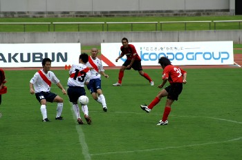 01 Jul 06 - Arte Takasaki on the attack against FC Kariya