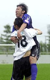 02 Jul 06 - Daisuke Horiuchi of Grulla seeks to evade the clutches of the Zebra defence