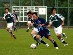 02 Jul 06 - FC Primeiro give Nippon Steel in green the runaround