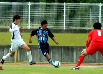 02 Oct 05 - FC Primeiro on the attack against Wiese Shiogama