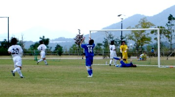 02 Oct 05 - Junji Ueda of Sagawa Kyubin despairs as Fagiano score