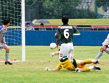 01 Oct 06 - Naoki Hiraoka ties things up for FC Gifu against Sagawa Kyubin