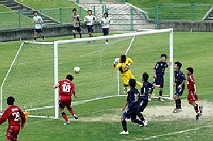 04 Jun 06 - Ehime Shimanami put the Kamatamare Sanuki defence under pressure