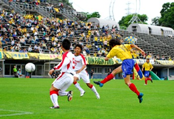 04 Jun 06 - Kerboom! Star man Kentaro Yoshida gets in a shot for Tochigi against Honda