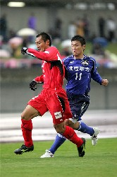 04 Nov 05 - Yoshio Kitagawa gets in amongst the Nagoya Grampus 8 defence