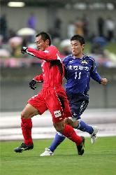 04 Nov 05 - Yoshio Kitagawa gets in amongst the Nagoya Grampus 8 defence