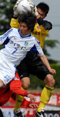 07 May 06 - Arte Takasaki under pressure from Tochigi SC