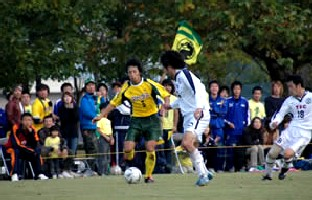 07 Nov 05 - Valiente Toyama on the attack against Shinjo Club