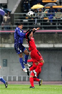08 Dec 05 - Takuji Miyoshi wins a header for Alo's against Nagoya Grampus 8