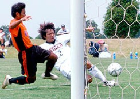 08 Nov 05 - Ryuta Okubo makes it 3-0 for Volca Kagoshima against Okinawa Kariyushi