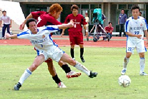 08 Nov 05 - FC Ryukyu in red clash with V Varen Nagasaki