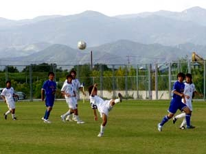 08 Oct 06 - Sanwa in blue defend against Ventana's tactic of wild flapping at the ball