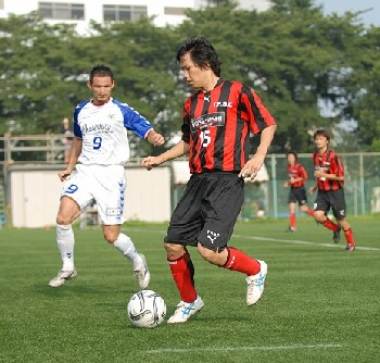 09 Aug 07 - Stripey Toshiba Fuchu act all coy with Machida Zelvia