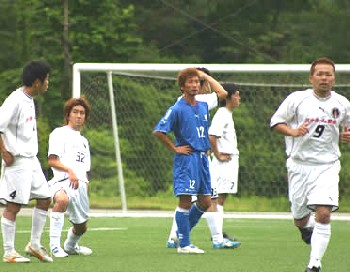 09 Jul 06 - A Konica Minolta player looks mystified amongst Morishin's FC