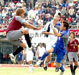 10 Apr 06 - FC Ryukyu go for goal against JEF Club