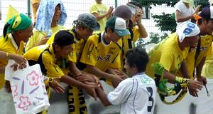 10 Sep 06 - Valiente Toyama fans get autographs from their title-winning heroes
