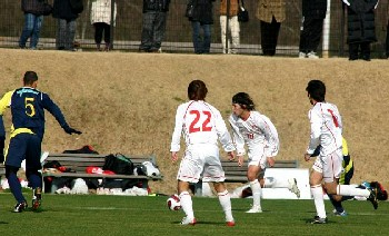 11 Feb 07 - Honda Lock put together an attack against Thespa Kusatsu