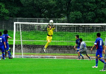 11 Jun 06 - Teppei Tsurako makes a safe catch for Machida against Hitachi