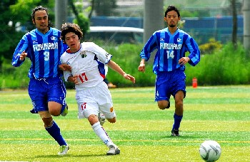 14 May 06 - Furukawa Electrics enjoy some rough-and-tumble with Machida Zelvia