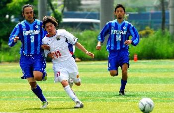 14 May 06 - Furukawa Electrics enjoy some rough-and-tumble with Machida Zelvia