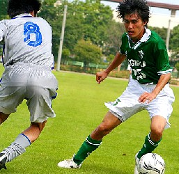 15 Nov 05 - FC Gifu in green, held 0-0 by Sagawa Kyubin Chugoku