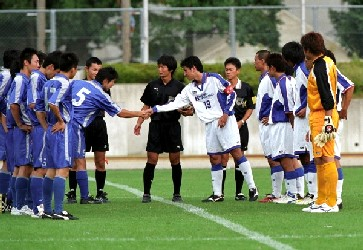 15 Nov 05 - Sagawa Kyubin Chugoku in blue line up before clinching promotion against Mind House