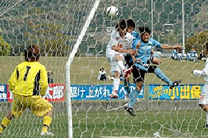 16 Apr 07 - Kamatamare Sanuki battle it out with Tokushima Comprille in white