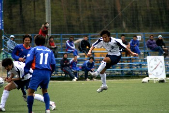 16 Apr 07 - Niigata University of Management take a rare shot at goal against JSC