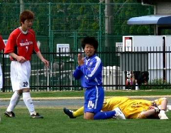 16 Apr 07 - Happy happy happy. Riseisha lose against red-shirted Mitsubishi