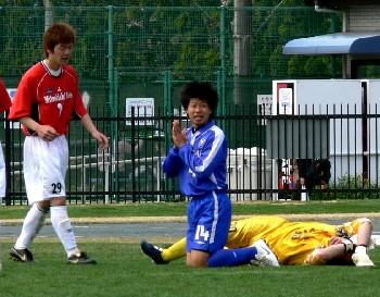 16 Apr 07 - Happy happy happy. Riseisha lose against red-shirted Mitsubishi