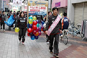 17 Nov 06 - Kamatamare Sanuki coach Mikio Doi leads the parade