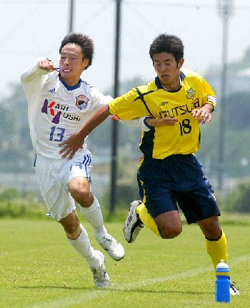 18 Jun 06 - Kariyushi's Dai Murata battles with New Wave's former J-League star Shingi Ono