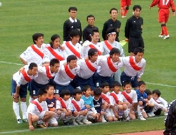 18 Nov 06 - Ooooh, very smart - FC Kariya before their match with Honda FC