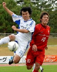 19 Nov 06 - Honda Lock in red fight it out with Tochigi SC